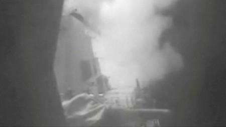 Captura de pantalla cedida a Reuters por la Armada de Estados Unidos de un ataque con misiles del destrucctor Nitze contra fuerzas hutíes en Yemen