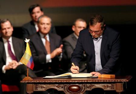 Líder das Farc, Rodrigo Londoño, conhecido como Timochenko, assina acordo de paz revisado com o governo colombiano