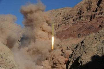 Imagen del lanzamiento de un misil balístico de Irán durante un prueba realizada posiblemente en marzo del 2016 en una ubicación desconocida. REUTERS/Mahmood Hosseini/TIMA . ATENCIÓN EDITORES: LA FOTO FUE PROVISTA POR UNA TERCERA PARTE Y REUTERS NO PUEDE VERIFICAR SU AUTENTICIDAD, CONTENIDO, UBICACIÓN O FECHA.El ministro de Defensa de Irán confirmó el miércoles que la república islámica probó un nuevo misil, aunque sostuvo que la prueba no constituye una violación del acuerdo nuclear que firmó el país con las potencias mundiales ni de la resolución del Consejo de Seguridad de Naciones Unidas que respaldó el pacto.