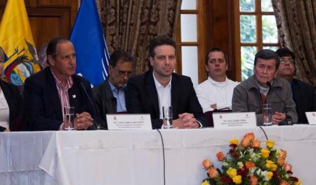 De izquiera a derecha, Camilo Restrepo, representante del gobierno de Colombia; el ministro de Relaciones de Ecuador, Guillaume Long y Pablo Beltrán, jefe de la delegación del ELN en las conversaciones de paz, durante una rueda de prensa en Quito. Imagen