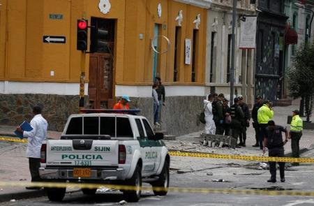 La policía trabaja en la escena donde ocurrió una explosión en una zona céntrica en Bogotá