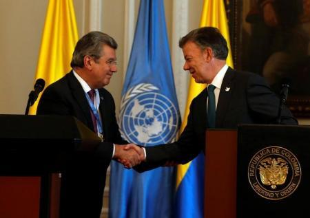 Elbio Rosselli, presidente del Consejo de Seguridad de Naciones Unidas (izquierda), saluda al presidente colombiano, Juan Manuel Santos, durante una visita de una delegación de la ONU a Bogotá.