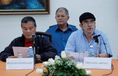 El líder del ELN Nicolás Rodríguez (a la izquierda en la imagen), en una rueda de prensa junto al comandante de las FARC Timoleón Jiménez en La Habana
