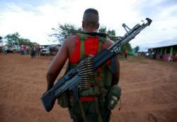 Foto de archivo: Un combatiente de las Fuerzas Armadas Revolucionarias de Colombia (FARC) llega a un campamento, cerca de El Diamante