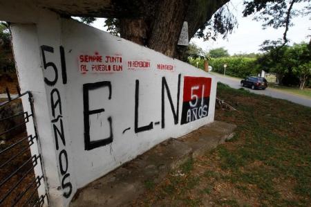Un grafiti del grupo rebelde Ejército de Liberación Nacional (ELN) en la entrada del cementerio de El Palo, Cauca, Colombia