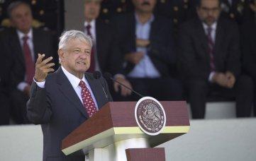 El presidente Andrés Manuel López Obrador habla ante la Guardia Nacional durante la presentación de esa nueva fuerza en una ceremonia en el Campo Marte de la Ciudad de México, el domingo 30 de junio del 2019. (AP Foto/Christian Palma)