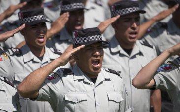 Efectivos de la Guardia Nacional saludan durante la presentación de la nueva fuerza en el Campo Marte de la Ciudad de México, el domingo 30 de junio del 2019. (AP Foto/Christian Palma)