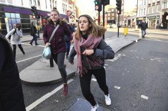 La gente se apresura para evacuar el Puente de Londres después de un incidente, el viernes 29 de noviembre de 2019. Testigos informaron haber escuchado disparos. (Dominic Lipinski/PA vía AP)
