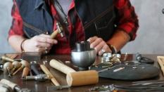 o-joalheiro-mestre-faz-joias-no-local-de-trabalho-trabalho-de-um-close-up-joalheiro_186451-342