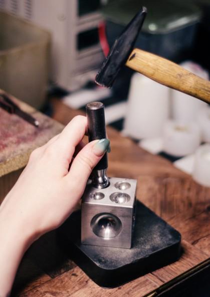o-mestre-cria-um-detalhe-das-joias-artesanais-na-oficina-derrubando-o-hemisferio_97916-65